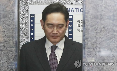 Court holds hearing on Samsung heir's arrest in corruption scandal