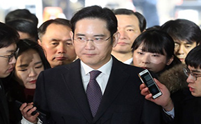 Samsung heir awaits court's decision on arrest at detention center