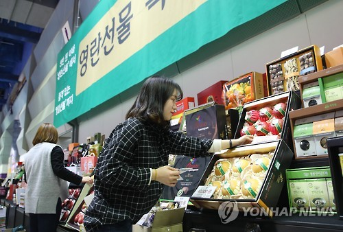 Lunar New Year gift market dampened by tight budget, anti-corruption law
