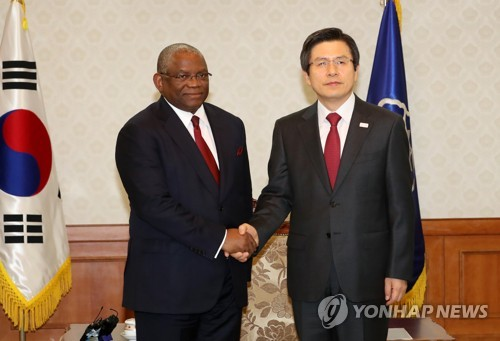 Hwang discusses economic, diplomatic cooperation with Angolan minister
