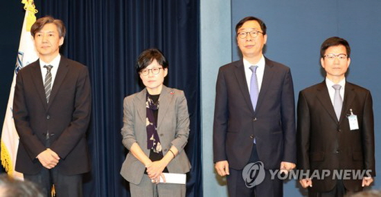 President Moon names scholars as key aides for civil, personnel affairs