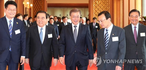 Moon's special envoys leave for talks on summit, N. Korea
