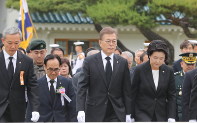 Moon promises to set record straight for heroes, veterans