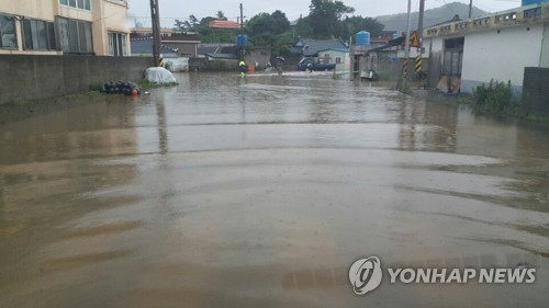 Heavy downpour soaks S. Korea's central region