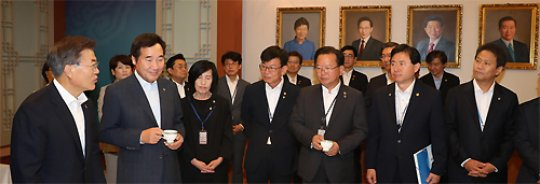 Moon puts an end to a 'coalition' cabinet, finishes forming a government of his own officials