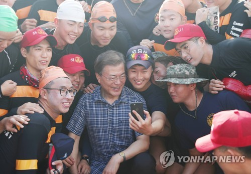 Moon's approval rating remains unchanged at 77 pct
