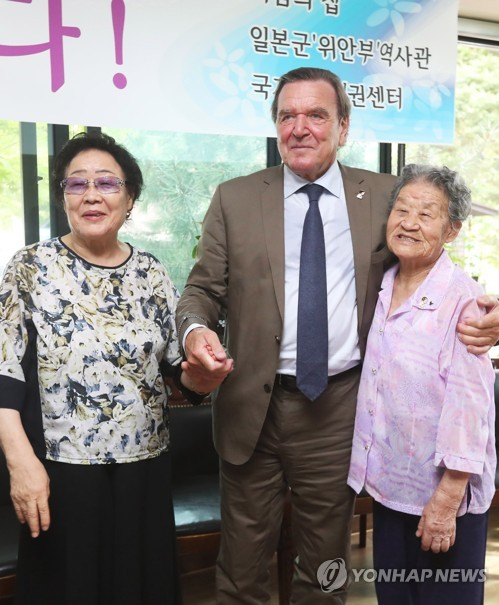 Ex-German leader consoles S. Korean victims of wartime sexual slavery