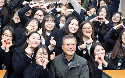 President Moon makes surprise visit to quake-hit Pohang