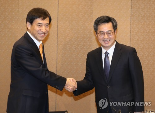 BOK chief, finance minister vow to manage risky factors to fuel economic growth in 2018