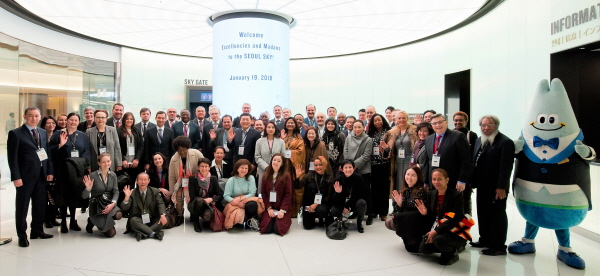 A total of over 65 ambassadors, spouses, senior diplomats visit Lotte World Tower