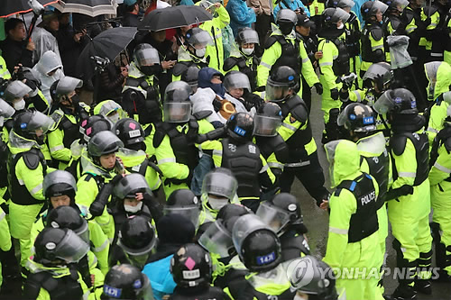 Police trying to break up sit-in by anti-THAAD protesters