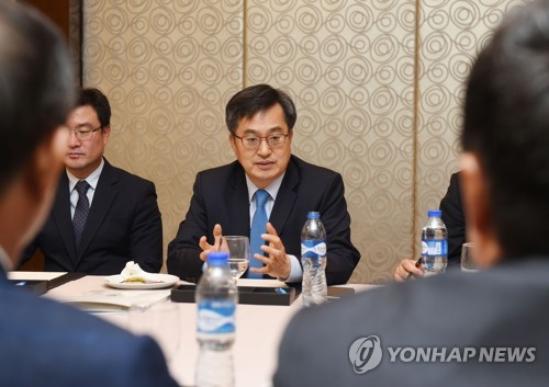 Finance chief asks for int'l support for inter-Korean efforts to denuke