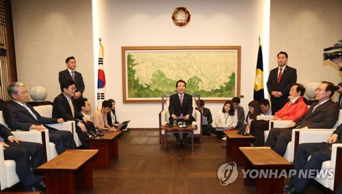 This Photo, Taken May 8, 2018, Shows National Assembly Speaker Chung  Sye Kyun (C) Hosting A Meeting With The Floor Leaders Of The Four Political  Parties To ...