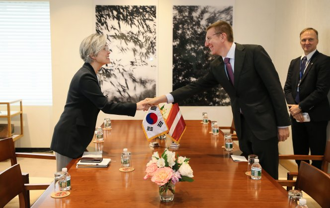 Foreign ministers of Korea, Latvia sign an Air Traffic Agreement