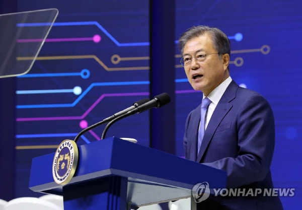 Moon pledges gov't support for non-memory chip businesses