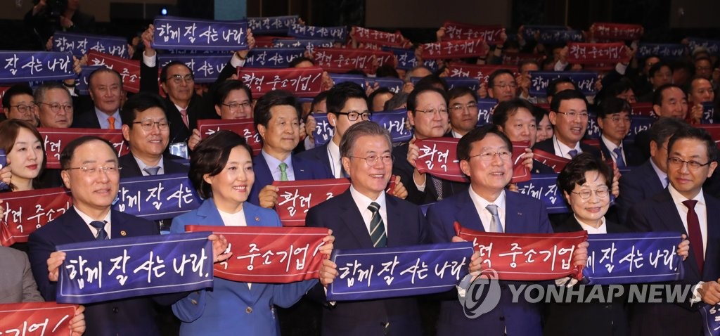 Moon touts his economic policy, signals no shift