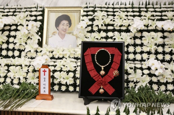 N.K. leader sends condolence message, flowers for former first lady's funeral