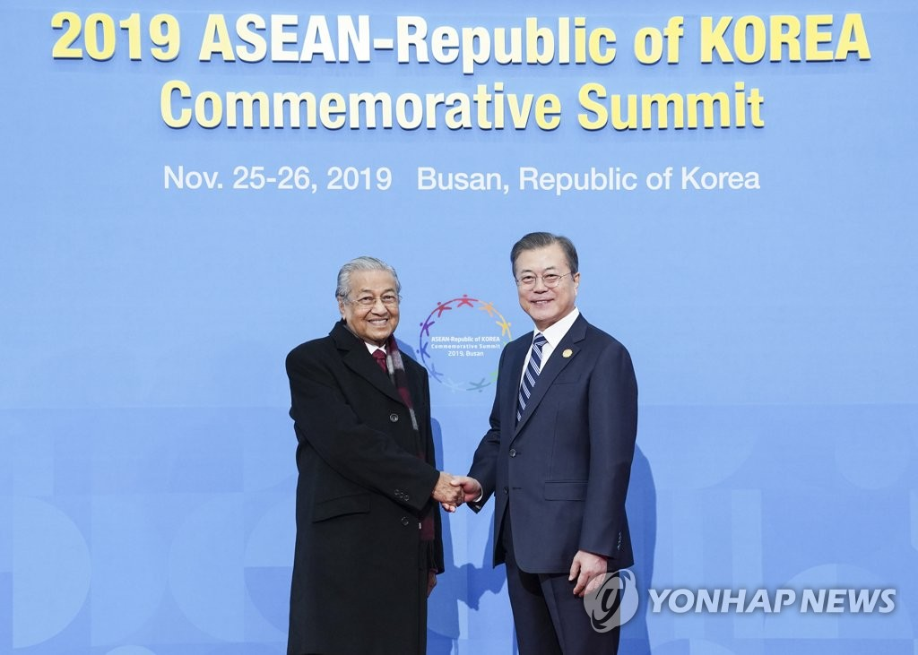 Moon to hold summit with Mahathir, crowning this week's ASEAN diplomacy