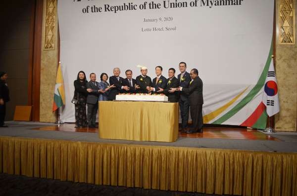 Cake cutting ceremony of Myanmar and Korea