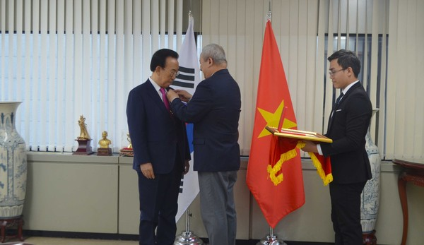 Governor Lee Chul-woo and former North Gyeongsang Province Governor Kim Kwan-yong received the Order