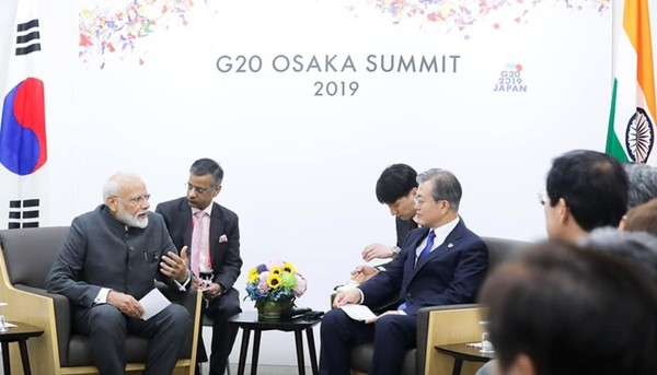 President Moon (fourth from left) and Prime Minister Modi (left) are discussing ways to further expand bilateral cooperation at their meeting at the Osaka G20 Conference in Japan on June 28, 2019.