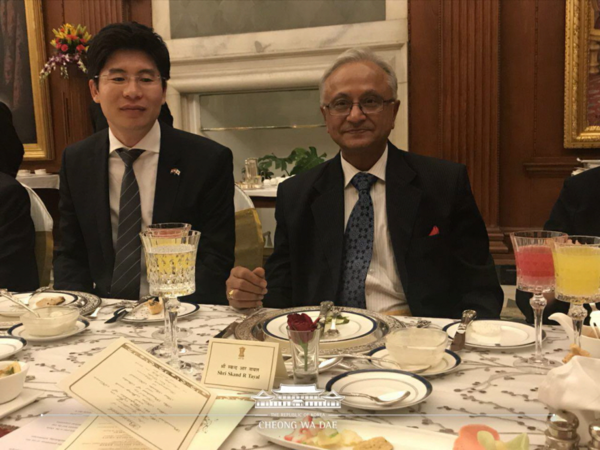 Photo shows Korean Honorary Consul General Jeong Deok-min of India in Seoul with former Ambassador Skand R. Tayal of India for Korea. The red rose in a glass cup symbolizes vegetarianism.