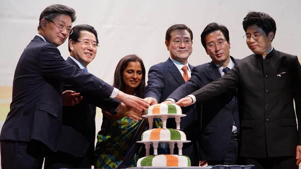 Ambassador Sripriya Ranganathan of India (third from left) Gwangju City Council Lee Yong-sup (fourth from left) Vice-Chairperson, Gwangju City Council, HE. Mr. Jang Jae Sung (fifth from left) are celebrated 71st Republic Day of India
