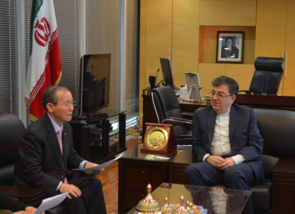 Ambassador Saeed Badamchi Shabestari of Iran in Seoul (right) is interviewed by Publisher-Chairman Lee Kyung-sik of The Korea Post media, publisher of 3 English and 2 Korean media outlets.