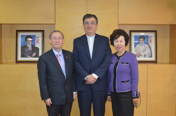 Ambassador Saeed Badamchi Shabestari of Iran (center) poses with Publisher Lee Kyung-sik of The Korea Post media (left) and Vice Chairperson Cho Kyung-hee of The Korea Post media.
