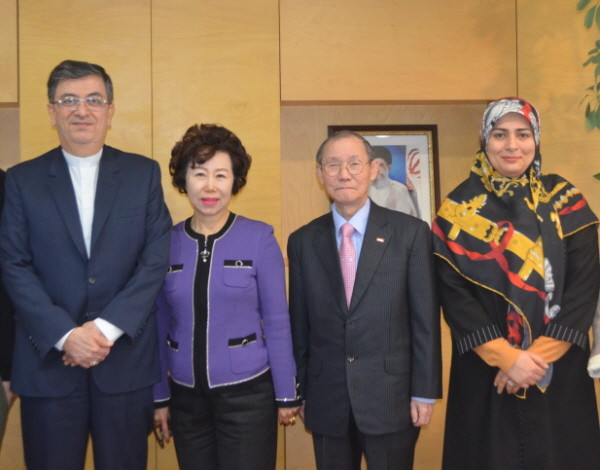 Ambassador Saeed Badamchi Shabestari of Iran and Publisher Lee Kyung-sik of The Korea Post media (first and third from left, respectively) pose with the other members. They are Vice Chairperson Cho Kyung-hee of The Korea Post media and Shaghayegh Dost Haghighi, Third Secretary of the Embassy of Iran in Seoul(third and first from right).