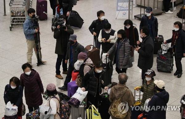 This photo captures South Koreans tourists who arrived home via an Israeli chartered flight on Feb. 25, 2020, after the Middle Eastern country barred them from entering the country over concerns about the new coronavirus. (Yonhap)