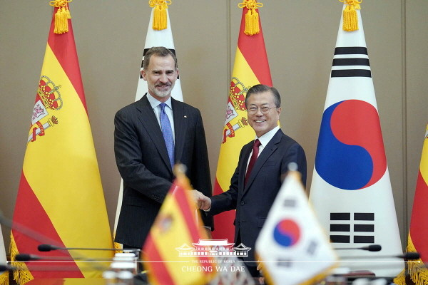 President Moon Jae-in and King Felipe VI of Spain pose for photos ahead of their summit at Cheong Wa Dae on Oct. 23, 2019.