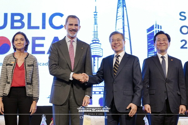 President Moon Jae-in shakes hands with Spanish King Felipe VI (second and third from right, respectively) during a South Korea-Spain business forum in Seoul on Oct. 24, 2019.