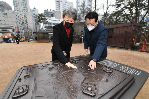 Administrator Chung Jae-suk of CHA (left) is visiting Seon Jeong Neung Tomb to inspect the heritage sign.