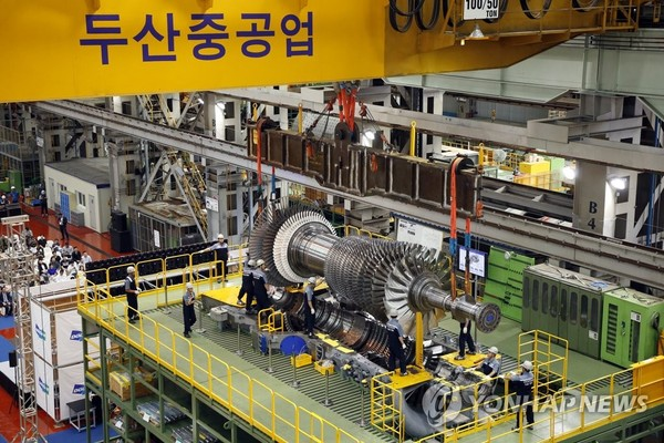 In this photo provided by Doosan Heavy Industries & Construction Co., workers assemble a gas turbine at the company's plant in Changwon, about 400 kilometers southeast of Seoul. (PHOTO NOT FOR SALE) (Yonhap)
