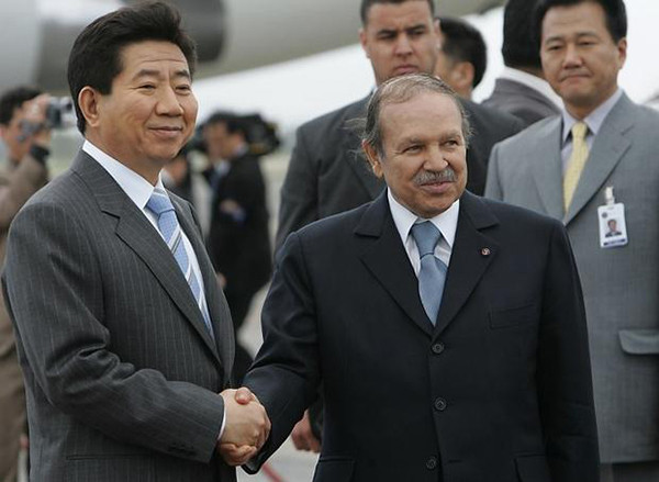 Former President Roh Moo-Hyun of Korea (left) and former Algerian President Abdelaziz Bouteflika shake hands with each other in Algiers on March 2006. Incumbent President Moon Jae-in was the chief secretary of the then President Roh who is considered a mentor for Moon today. (Photo Provided by AFP)