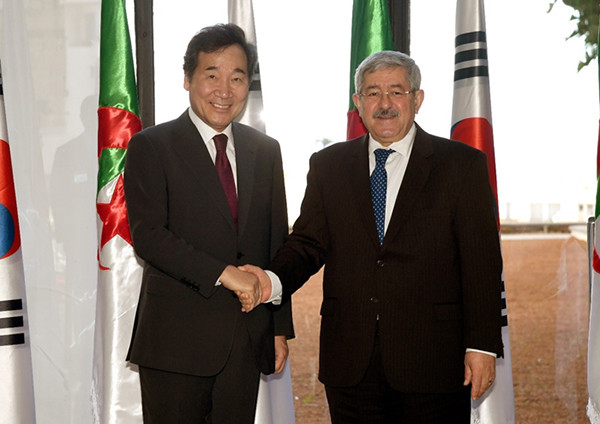 South Korean Prime Minister Lee Nak-yon (left) shakes hands with his Algerian counterpart Ahmed Ouyahia in Algiers in December 2018. (Photo Provided by Office for Government Policy Coordination)