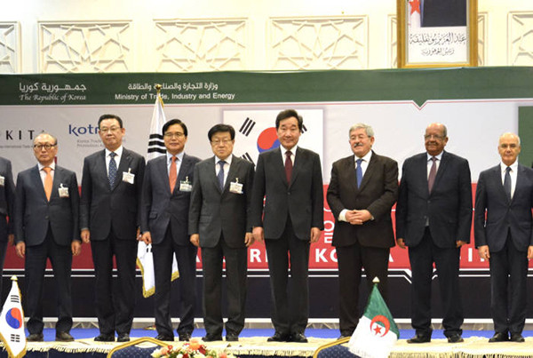 South Korean Prime Minister Lee Nak-yon (fourth from right) attended the Algeria-Korea Business Forum in Algiers in December 2018. From left: President Chun Yong-bae of DTR, Chairman Kim Tae-young of KFB, President Kwon Pyung-oh of KOTRA, Chairman Kim Young-ju of KITA, Prime Minister Lee Nak-yon, Prime Minister Ahmed Ouyahia of Algeria, Minister Abdelkader Messahel of Foreign Affairs of Algeria. (Photo Provided by Office for Government Policy Coordination)