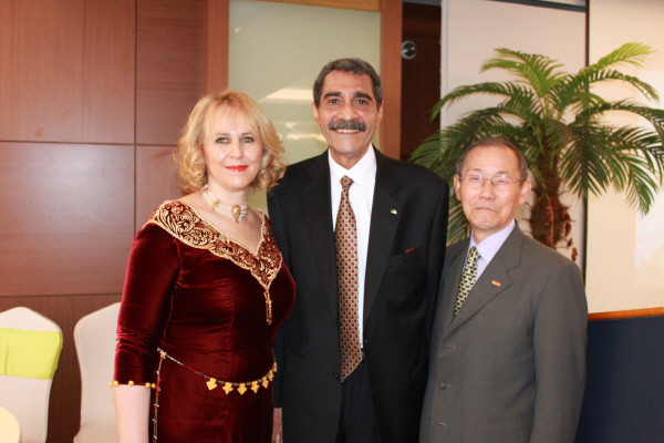 Ambassador Derragui Mohammed Elamine of Algeria is flanked on the left by Mrs. Chafika Derragui and Chairman Lee Kyung-sik of The Korea Post media on the right.
