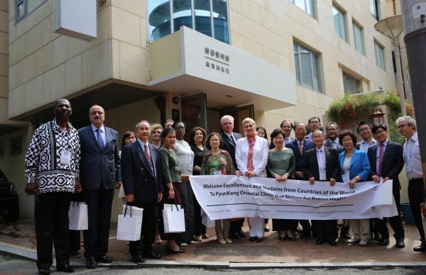 Dr. Seo Hyo-seok (eight from right) poses with the Ambassadors and other senior members of the Diplomatic Corps in Korea and The Korea Post media team members at the Pyunkang Oriental Clinic.
