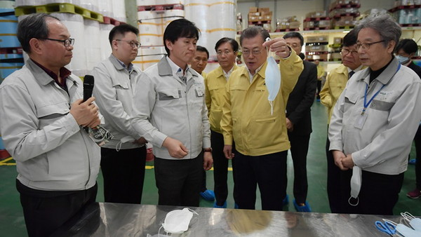 President Moon Jae-in on March 24 held phone talks with U.S. President Donald Trump on bilateral cooperation to tackle the outbreak of the novel coronavirus disease (COVID-19). Pictured here is President Moon on March. 6 visiting a mask manufacturer in Pyeongtaek, Gyeonggi-do Province, and discussing mask production.