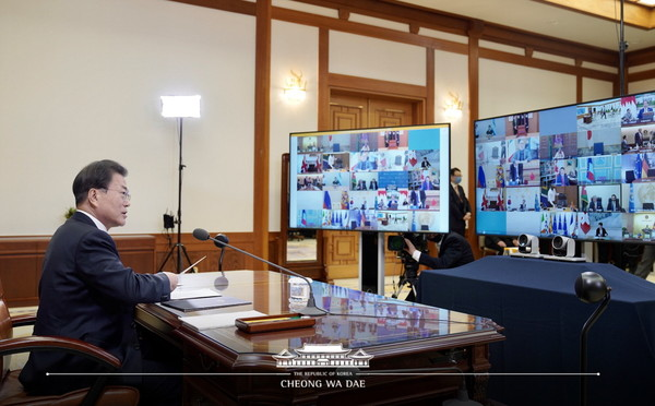 President Moon Jae-in on March 26 takes part in a G-20 videoconference on joint measures against the COVID-19 outbreak at his Cheong Wa Dae office.
