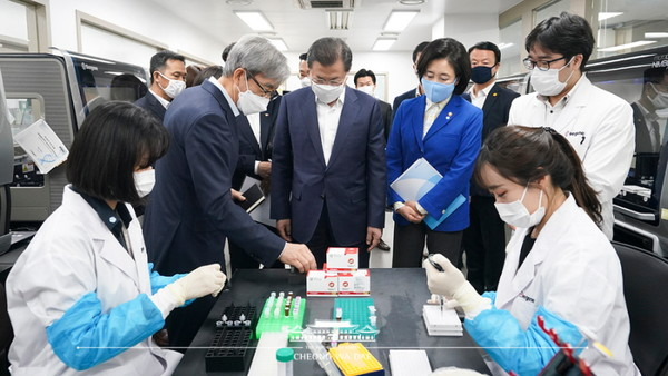 President Moon Jae-in on March 25 visits a lab at Seegene, one of the producers of Korea's COVID-19 diagnostic reagents and kits.