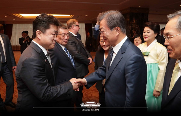 President Moon also attended an event to celebrate Korea-Russia friendship, where he met Koreans who had contributed to bilateral ties, as well as with ethnic Korean-Russian and Russian representatives. The event had in attendance descendants of six Korean independence activists who fought across Siberia and the Russian Far East, such as Choi Jae-hyung.
