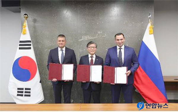 Korea Land and Housing Corp. president Byeon Chang-heum (center), Russia's Far East Investment and Export Agency general director L.G. Petukhov (left), and Russia's Far East Development Corp. general director A.S. Kanukoev pose for a photo after signing a preliminary implementation agreement (PIA) for the establishment of an industrial complex in the Maritime Province of Siberia.