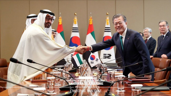 Photo shows Crown Prince Sheikh Mohamed bin Zayed Al Nahyan of United Arab Emirates (left) shakes hands with President Moon Jae-in (right) at Korea-UAE Summit on Feb. 27, 2019.