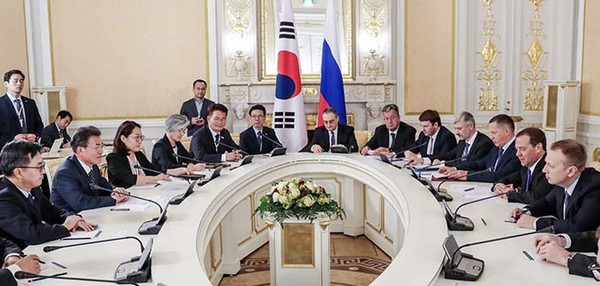 President Moon Jae-in (second from left) holds a meeting with Russian Prime Minister Dmitry Medvedev (second from right), in Moscow on June 21.