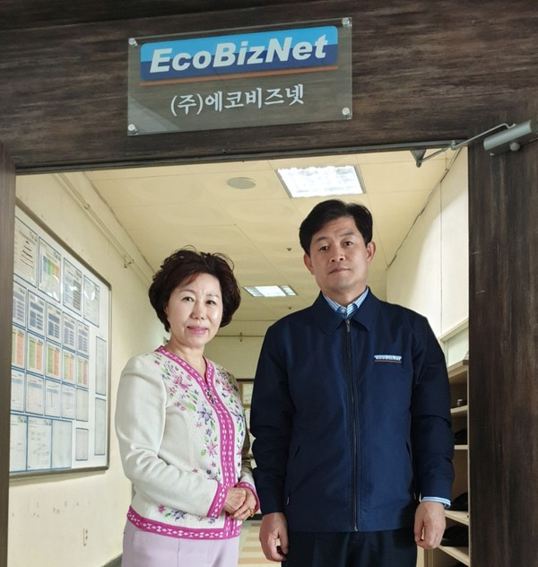 EcoBizNet CEO Jeong-sub Cho with 'The Korea Post' reporter Cho Kyung-hee