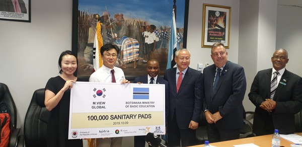 In December 2019, 400,000 sanitary napkins were donated to African women in Botswana, South Africa. The second from left M.view Global CEO Kim Dong-wook and the forth from left Park Jong-dae (Ambassador of South Africa)