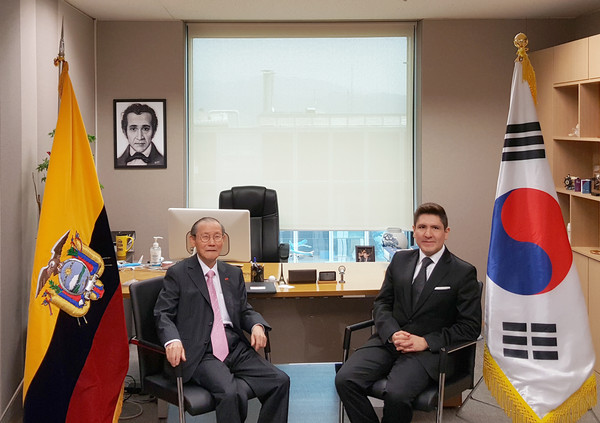 Charge d'Affaires Johnny D. Reinoso-Vasquez of Ecuador in Seoul (right) is interviewed by Publisher-Chairman Lee Kyung-sik of The Korea Post media, publisher of 3 English and 2 Korean publications since 1985.